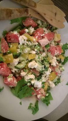 Meloni, lime, salaatti, feta, paprika, kurkku, kevätsipuli, minttu, sitruunalla maustettu oliiviöljy ja limepippuri. NAM!!!