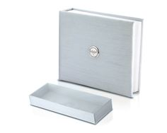 Kit in raso azzurro composto da album con placca in argento e scatola porta camicino.