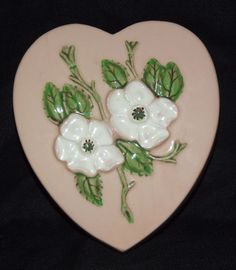 Hull Rosella Wall Pocket Hull Pottery, Pottery Art, Wall Pockets, Vintage Walls, Love Heart, Hand Painted, Antiques, Vases, Pattern