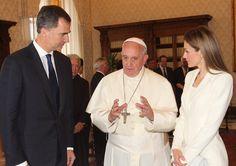 El Papa Francisco recibe a Don Felipe y Doña Letizia,al fondo,Jaime Alfonsín.30-6-14