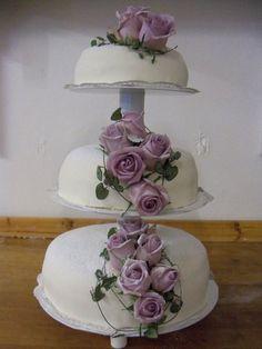 Purple flowers wedding cake version 1 (Mimma's bageri, Vellinge)