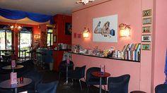 Dieses kleine Berliner Restaurant entzückt nicht nur wegen der liebevollen Einrichtung.  Barbie ist natürlich überall präsent und beobachtet die Gäste beim Verzehr des leckeren, hausgemachten Kuchens. In den Abendstunden werden vorzugsweise Cocktails und ausgewählte italienische Weine aufgetischt. #Berlin #Bars