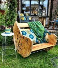 This rocking chair is made of an old wooden cable drums. Deze schommelstoel is gemaakt van een oude houten kabelrol.