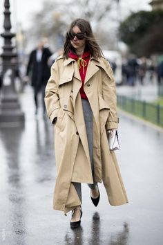 Fashion Week streetstyle: grey pants, red top and a trenchcoat. #fashionweek #trenchcoat #streetstyle