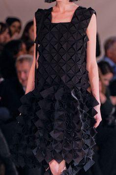 Yohji Yamamoto at Paris Fashion Week Fall 2013 - Details Runway Photos Origami Fashion, 3d Fashion, Fashion Fabric, Fashion Details, Runway Fashion, Fashion Design, Paris Fashion, Fashion Trends, Yohji Yamamoto