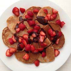 Diese HCLF Pfannkuchen sind wirklich so was von lecker! Sie schmecken so gut, dass ich sie am liebsten täglich essen würde. Super saftig durch den Apfel und lecker süß durch die Banane. Und da soll noch mal jemand behaupten fettarme Pfannkuchen könnten nicht lecker schmecken. Crepes And Waffles, Pancakes, Super, Breakfast, Food, Apple, Essen, Morning Coffee, Pancake