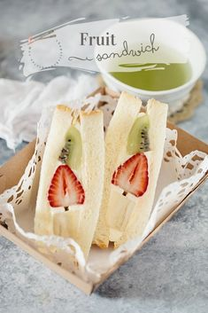 Unique Japanese fruit sandwich recipe and instructions to make not just delicious mascarpone and whipped cream filled fruit sandwich but also photogenic. Low Carb Sandwich, Sandwich Recipes, Sandwich Sides, Sandwich Fillings, Japanese Fruit Sandwich Recipe, Fruit Cake Cookies Recipe, Sandwiches, Food Porn, Asian Desserts