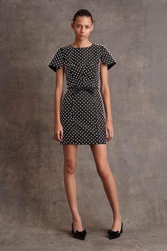 Michael Kors Pre-Fall 2015 Runway – Vogue  estampas de petit poa preto e branco, recorte na cintura, cinto estreito com lacinhos