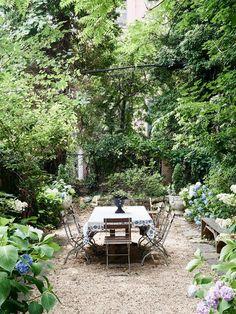 Un coin secret dans le jardin pour déjeuner en toute tranquilité