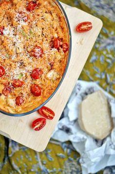 """Tämä vuoka menee sekä arkiruoka-, että """"mitähän sitä kaapista löytyy""""-kategoriaan. Tomaatteja ja parmesaania löytyy aina ja riisiä si..."""