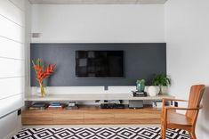 Cor cinza: 60 ideias para usar o tom na decoração com muita criatividade Tv Unit Decor, Tv Wall Decor, Tv Wanddekor, Tv Rack, Tv Unit Design, Retro Stil, Living Room Tv, Floating Shelves, Decoration