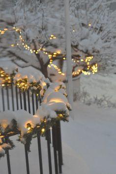 Winter lights winter wonder noel, kış ve kar. Christmas Scenes, Noel Christmas, Winter Christmas, Christmas Lights, Winter Snow, Christmas Houses, I Love Snow, I Love Winter, Light Luz