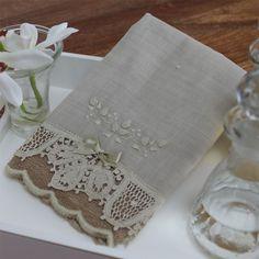 Toalha renascença bordada rococó flor bege/bege (pequena) - Xique Xique Brasil