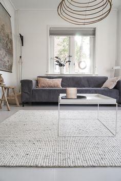 Kleed in Scandinavische stijl, wit/grijs gemêleerd in wol. Van karpettenvankaatz Living Styles, Interior Inspiration, Dining Bench, Beautiful Homes, Sweet Home, New Homes, Room Decor, House Design, Living Room