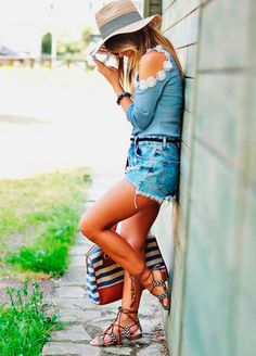 Look total jeans com rasteira étnica