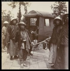 Sedan chair going up Thousand-Buddha Hill 1903 Old Pictures, Old Photos, Vintage Photographs, Vintage Photos, Qin Dynasty, Time In China, China People, Rare Images, Ancient China