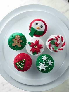 20 New Ideas For Cupcakes Decorating Christmas Desserts Christmas Food Treats, Christmas Sweets, Christmas Baking, Christmas Cookies, Christmas Themed Cake, Christmas Cupcakes Decoration, Holiday Cupcakes, Fondant Cupcakes, Cupcake Cakes