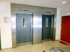 Über den Fahrstuhl geht es zur mit Laminat ausgelegten Wohnung