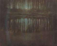 The Pond Moonlight, Edward Steichen (1904). La fotografia fu scattata a Mamaroneck (contea di Westchester, New York) nei pressi dell'abitazione di un amico, il critico d'arte Charles Caffin.