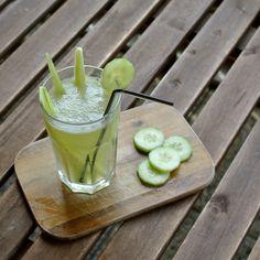 Na okurkovou limonádu je spousta receptů. My oloupeme okurky (1 polní na osobu, hadovky stačí půl), rozpůlíme a vydlabeme střední část se semínky. Semínka přijdou zvlášť do sklenice, pevné části okurek nakrájíme na kousky a dáme do mísy. Oboje okurkové směsi zalijeme vodou a přidáme třtinový cukr a citronovou šťávu, případě snítku máty. Louhujeme alespoň hodinu. Potom pevné kusy okurek s vodou rozmixujeme; semínkovou část jen přes jemné sítko přecedíme. Obě části smícháme a doplníme kostky… Japanese, Ethnic Recipes, Food, Lemon, Japanese Language, Essen, Meals, Yemek, Eten