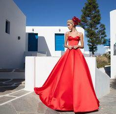 Tarık Ediz 2015 Abiye Ve Gece Elbiseleri - Deniz mavisinin hakim olduğu Tarık Ediz 2015 gece elbiseleri karşı konulamaz güzellikte ve görkemli bir koleksiyon. Yunanistan'ın Mykonos adasında çekilen kreasyonun keyfini çıkarın: