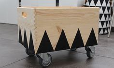 Spielzeugkiste auf Rollen // toy box diy Diy Childrens Furniture, Baby Furniture, Diy Toy Box, Baby Nursery Art, Furniture Stores Nyc, Toy Rooms, Kids Storage, Kids Corner, Wood Boxes