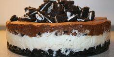 Overdrevet lækker Oreo kage med både chokolademousse og en silkeblød flødeostecreme.