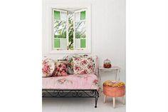 Detalles para lograr un rincón Shabby Chic  El hierro decapado y la abundancia de almohadones enfundados en telas floreadas dan ese aspecto suave, femenino y delicado