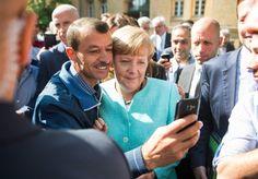 Das wohl berühmteste politische Bild des Jahres 2015 stammt von Bernd von Jutrczenka. Es wurde mit dem 1. Preis der Kategorie Politik ausgezeichnet: Angela Merkel lässt sich nach dem Besuch einer Erstaufnahmeeinrichtung für Asylbewerber in Berlin-Spandau für ein Selfie zusammen mit einem Flüchtling fotografieren. Das Bild ging um die Welt, teils als Symbol der Willkommenskultur gefeiert, teils als falsches Signal an Flüchtlinge kritisiert.