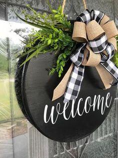 Welcome Signs Front Door, Front Door Decor, Wreaths For Front Door, Painted Front Doors, Welcome Wreath, Christmas Door Decorations, Christmas Crafts, Holiday Decor, Christmas Door Hangers