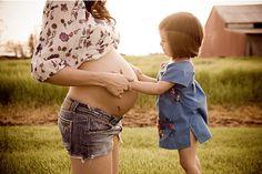 Piękne zdjęcie kobiety w ciąży i małej dziewczynki