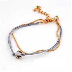 Dubbel armbandje bestaande uit een fijn goudkleurig bolletjesketting armbandje en een armbandje gemaakt van grijs mouline met een mooie, facet geslepen glaskraal. Dit armbandje is heel leuk te combineren met diverse andere armbanden. Het armbandje heeft een lengte van 17 cm en heeft een verlengkettinkje van 3,5 cm. Zie afbeelding. Verkrijgbaar in 8 verschillende kleuren: [...]