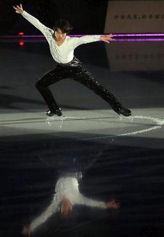 フィギュアスケート男子の町田樹(24)=関大=が突然の引退表明から一夜明けた29日、長野市ビッグハットで全日本選手権の上位選手らによるアイスショーに出演し、涙…