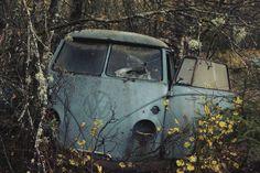 split window Volkswagen Bus Camper, Volkswagen Transporter, Abandoned Cars, Abandoned Vehicles, Vw Caravan, Vintage Vans, Barn Finds, Cars And Motorcycles, Dream Cars