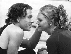"""Heath Ledger e Julia Stiles em 10 COISAS QUE EU ODEIO EM VOCÊ (10 Things I Hate About you). 1-""""Nunca deixe alguém te fazer sentir como se você não merecesse o que quer."""""""