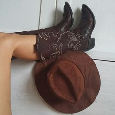Vtg Western Shoes Brand: Cafe Noip Size: 36 EU heel: cm - vintage rare real leather boots - beautiful design with horse rider - without zipper - perfect for each seasons - boots are fit for 38 EU too Fall Fashion Outfits, Grunge Fashion, Trendy Fashion, Vintage Fashion, Vintage Embroidery, Embroidery Patterns, Hungarian Embroidery, Western Shoes, Western Cowboy