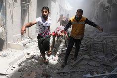 Helfer bergen einen Toten in Aleppo.