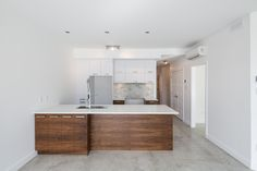 Cuisine 2 Colour Kitchen Cabinets, Kitchen Colors, Condos, 2 Colours, Double Vanity, Real Estate, Ideas, Homes, Diy Ideas For Home