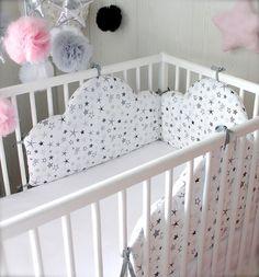 Un très chic et joli tour de lit en forme de nuage étoilé dans les tons gris et noir sur fond blanc Convient pour une décoration mixte fille ou garçon suivant les éléments  - 18192653