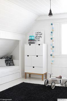 lastenhuone,lipasto,potkuauto,vilac,musta matto,mustavalkoinen,happylights,printtitaulu