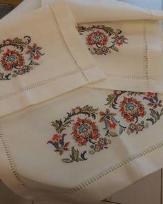 No photo description available. Cute Cross Stitch, Cross Stitch Borders, Cross Stitch Rose, Cross Stitch Designs, Cross Stitch Patterns, Embroidery Fashion, Crewel Embroidery, Ribbon Embroidery, Cross Stitch Embroidery