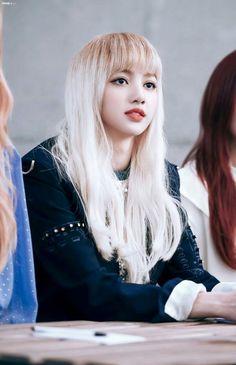 Her makeup looks so good. Blackpink Lisa, Jennie Lisa, Forever Young, Kpop Girl Groups, Kpop Girls, Peinados Pin Up, Black Pink, Kim Jisoo, Yg Entertainment