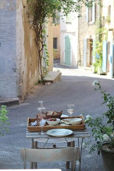 Pin if you want to escape to Provence, think about nothing but the wine you are going to drink...
