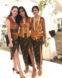 Model Rok Kebaya, Model Kebaya Modern, Kebaya Modern Dress, Kebaya Dress, Kebaya Hijab, Traditional Dresses Designs, Traditional Fashion, Batik Kebaya, Batik Dress