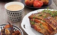 Ribbensteg med bagte æbler, løg og figner Timiansaucen matcher perfekt både svinekødet og de bagte æbler, figner og rødløg.