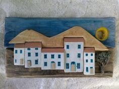 """Cuadro """"pueblo andaluz"""", construido con tablas y recortes de palet y madera de playa. Medidas 33 x 25 cm."""