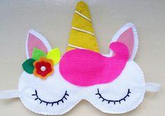 A mudança de vida que você está querendo pode estar localizada no aprendizado de como fazer máscara de dormir unicórnio. Se você fizer este tipo de trabalho artesanal pode começar a vendê-lo e ganhar um bom dinheiro, o que vai proporcionar novas e positivas oportunidades para você dar aquela guinada de 180 graus que está … Unicorn Mask, Unicorn Party, Felt Crafts, Diy And Crafts, Crafts For Kids, Sewing Crafts, Sewing Projects, Projects To Try, Art Of Charm