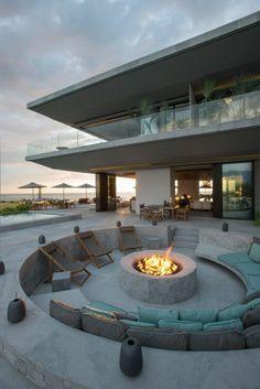 moderne Architektenhaus Feuerstelle aus Beton