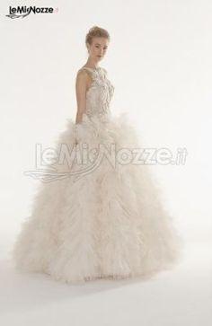 http://www.lemienozze.it/gallerie/foto-abiti-da-sposa/img29348.html Abito da sposa con scollo a cuore in pizzo ricamato e gonna composta da una miriade di petali di tulle