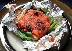 Adjust time for crockpot~~Make-ahead salmon with green beans, tomatoes, and olives ~ Stuff I Make My Husband Clean Eating, Healthy Eating, Healthy Life, Crockpot Recipes, Healthy Recipes, Foil Pack Meals, Batch Cooking, What's Cooking, How To Eat Better
